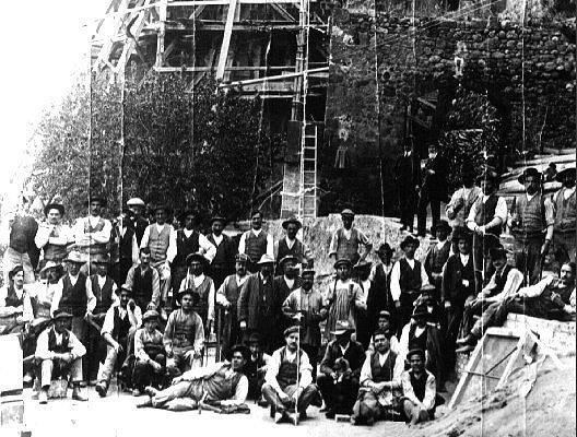 Gli operai nel cantiere delle sottofondazioni del Duomo di Pienza